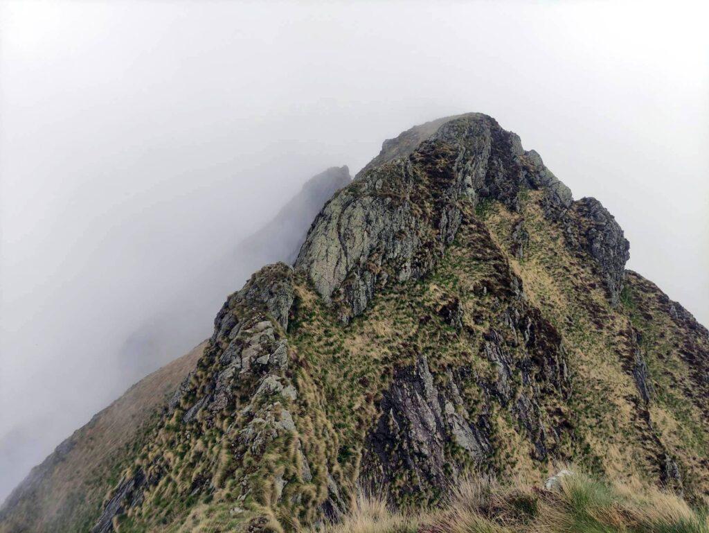Dopo il Gemevola inizia la cresta più selvaggia e frastagliata. Noi purtroppo dovremo affrontarla in mezzo alle nuvole