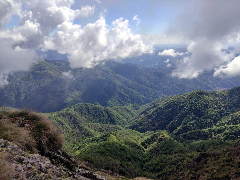Alla nostra destra ogni tanto il paesaggio si apre sulle colline della Valsesia
