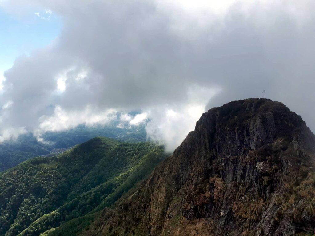 La cima del Gemevola che pian piano si allontana