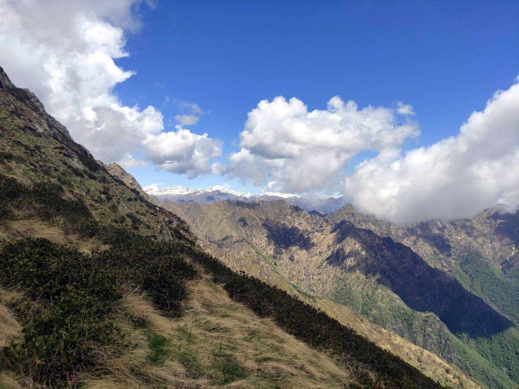 Alzandoci di quota iniziamo a scorgere le montagne innevate sul versante nord orientale