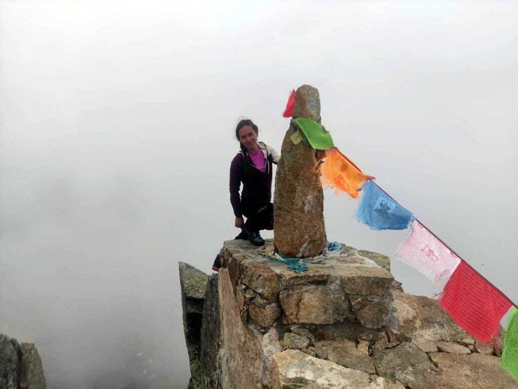 Erica con il monolite di vetta del Monte Barone