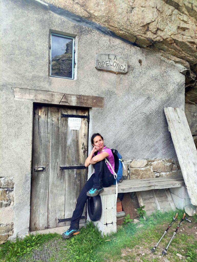 """Ecco finalmente la Spelonca e la sua baita incastonata nella roccia. Il cartello """"Sabato ho bisogno d'aiuto"""" ci lascia sempre più straniti"""