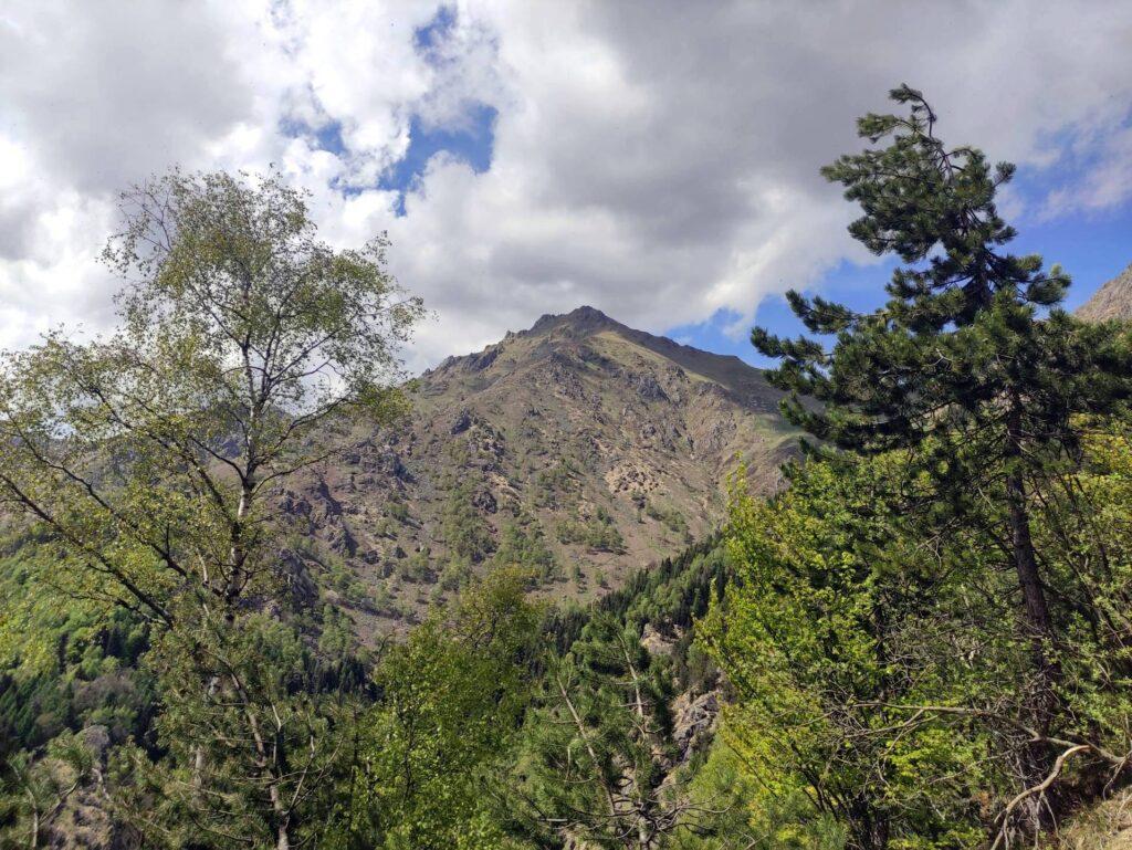 Ultimo saluto al Monte Barone prima di girare dietro in un'altra valle