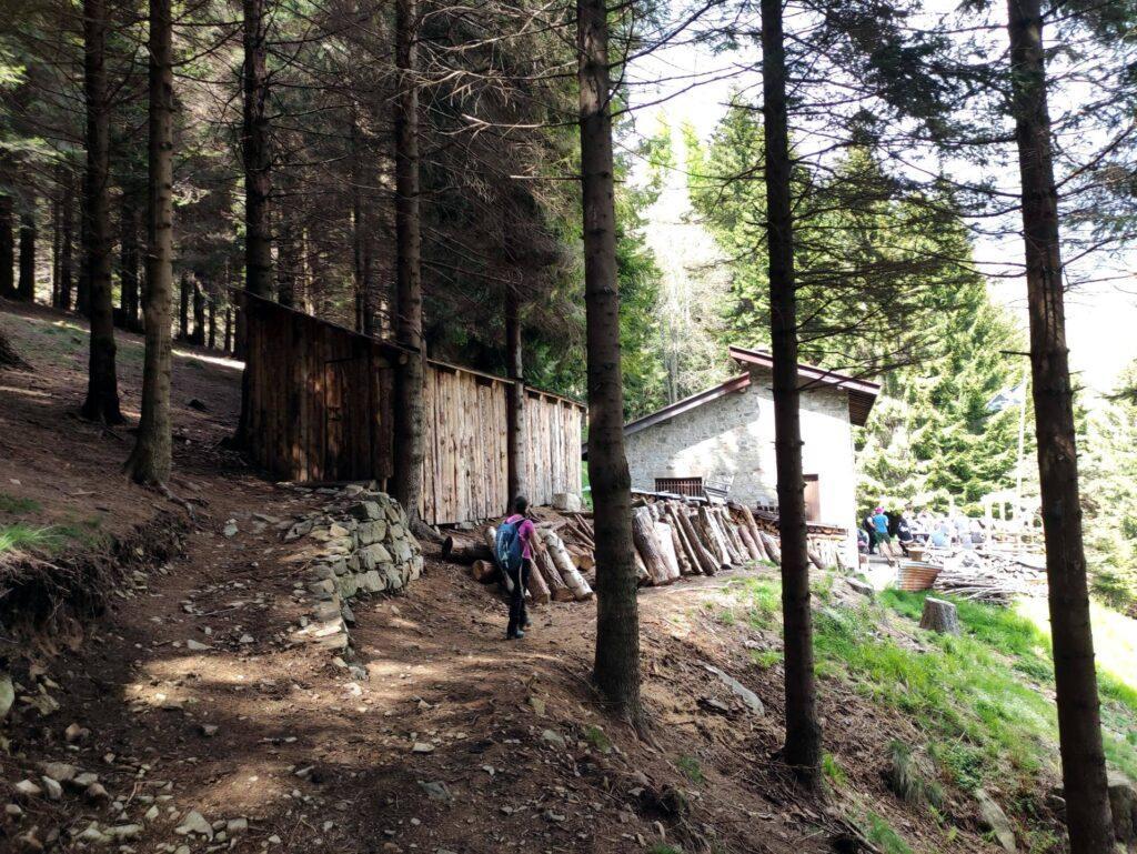 Eccoci al Rifugio Ciota dove moltissima gente si sta godendo il pranzo all'aperto