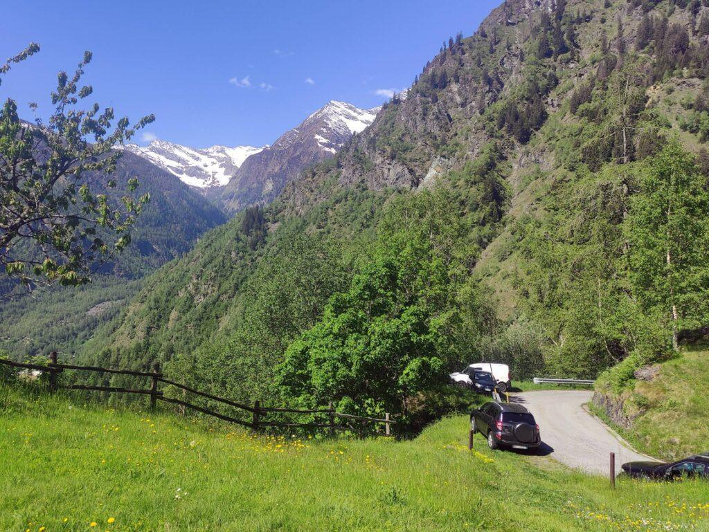 Il parcheggio sul tornante prima dell'Alpe Campo da cui siamo partiti