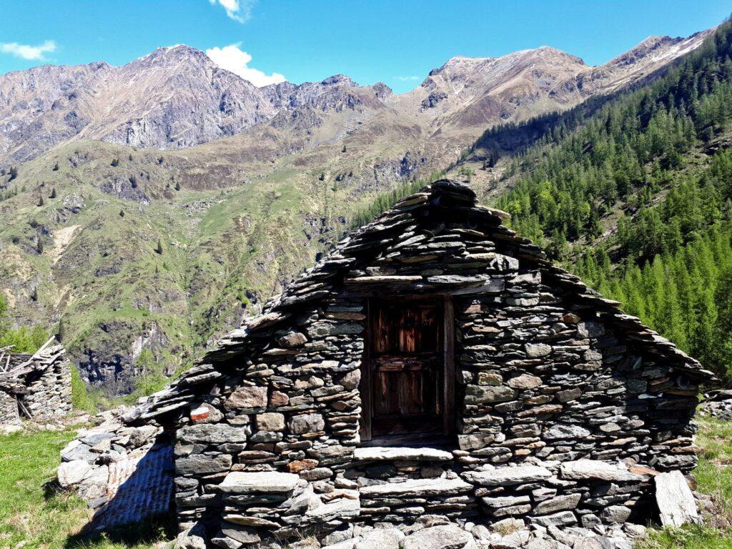 una delle casette dell'Alpe Cama nel suo splendido contesto