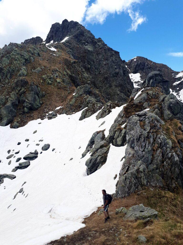 Qui possiamo scegliere se tagliare dritto su neve o girare sulle rocce. Faremo una all'andata e una al ritorno