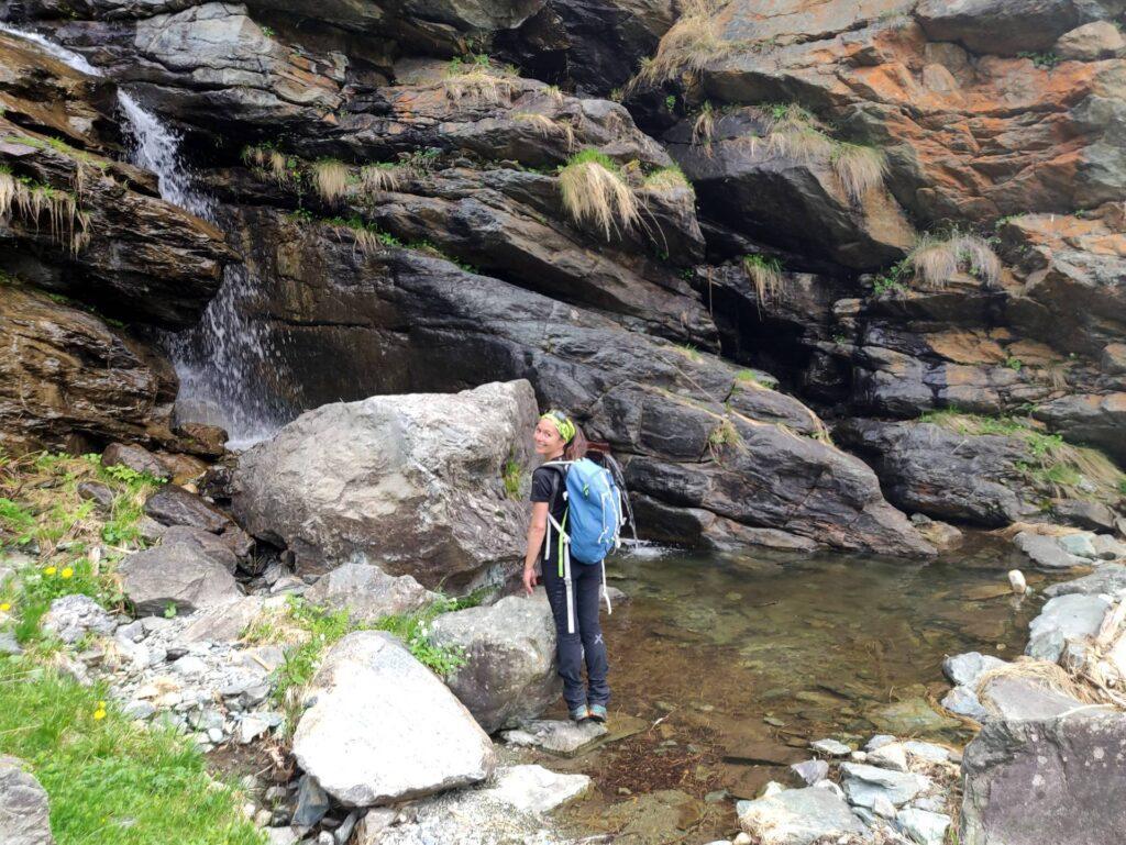Piccola pozza alla base della cascata indicata lungo il sentiero con il lusinghiero termine di PISCINA ;)