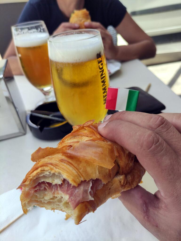 Nonostante sia domenica e in stagione, abbiamo fatto presto e quindi una pappa e birra post via ci stanno eccome prima di fuggire verso milano