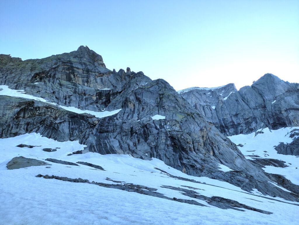 lasciandoci alla destra la Punta Enrichetta e a sinistra la cima del Piz Badile, questa è più o meno l'immagine della cresta Marimonti durante l'avvicinamento