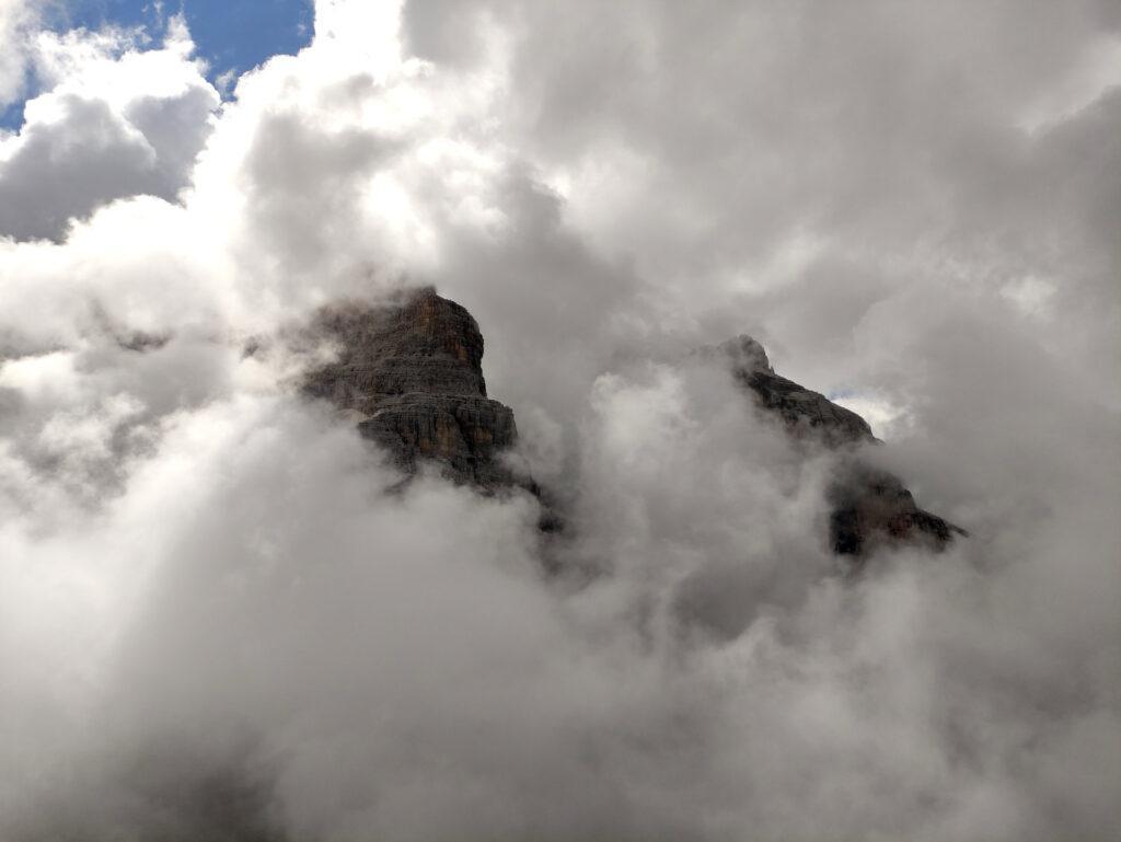 nel mentre le nuvole accarezzano le cime