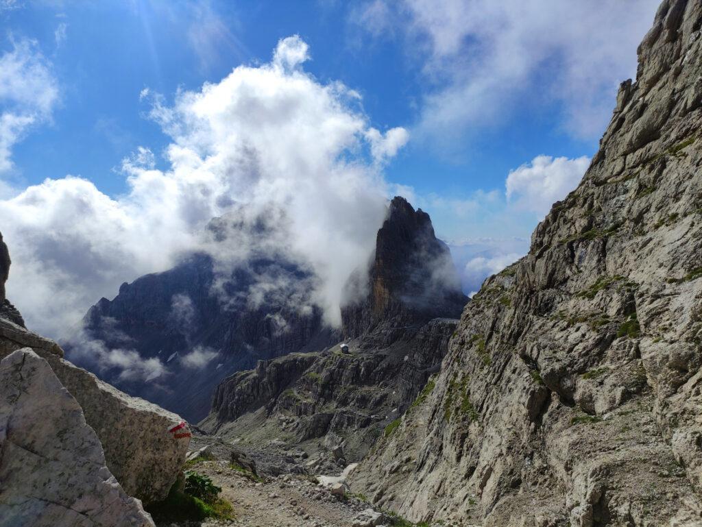 in Bocca di Brenta: di fronte il Tosa e subito dietro l'imponente Croz del Rifugio