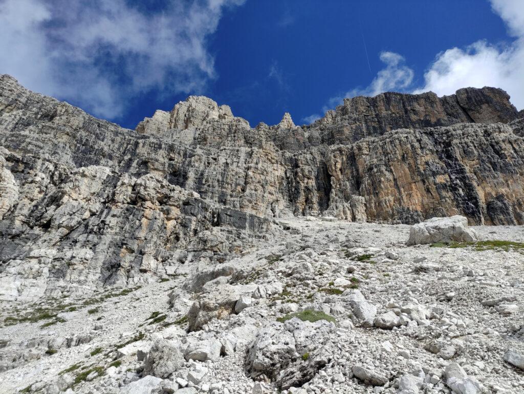 eccoci al primo faticoso ghiaione, che va risalito prima verso destra poi piegando a sinistra, per raggiungere la soprastante parete in un punto che presenta della roccia nerastra