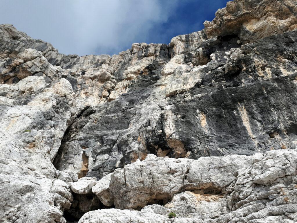 la via prosegue proprio a fianco delle rocce nere, sulla parte più chiara che è anche più facile e di ottima qualità