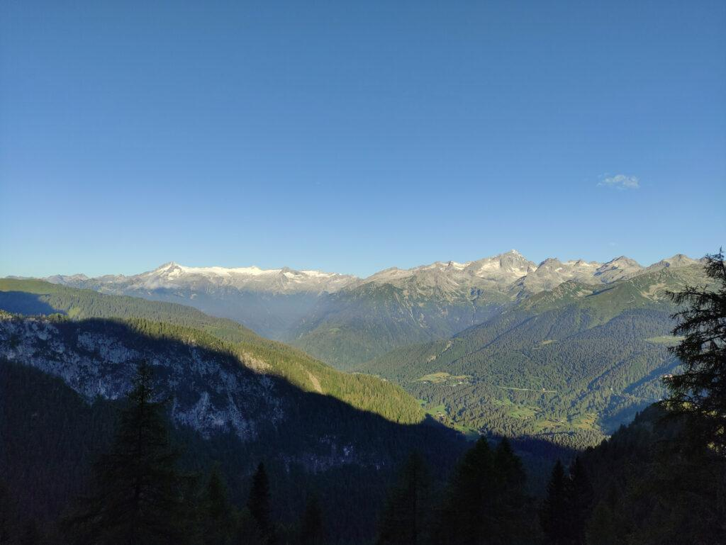 vista verso il pian di neve e la Presanella, in una giornata fin qui limpidissima