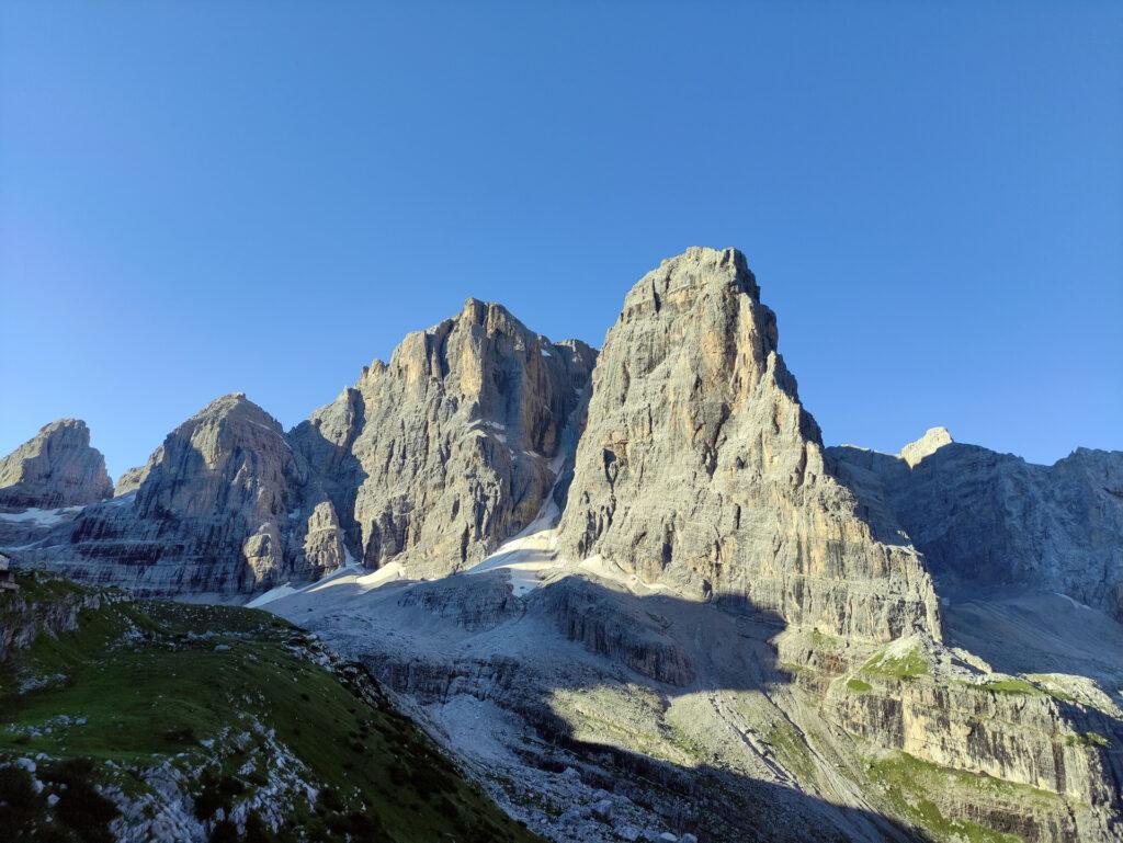 Crozzon e uno spelatissimo Canalone Neri: sorge il sole sulla Val Brenta