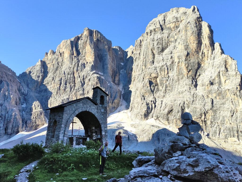 la cappelletta del Rifugio Brentei, il Canalone Neri sullo sfondo
