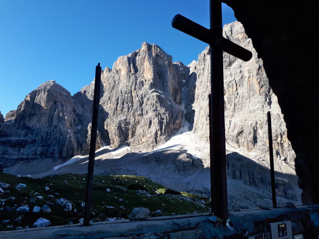 bello scorcio da dentro la Cappella del Rifugio Brentei