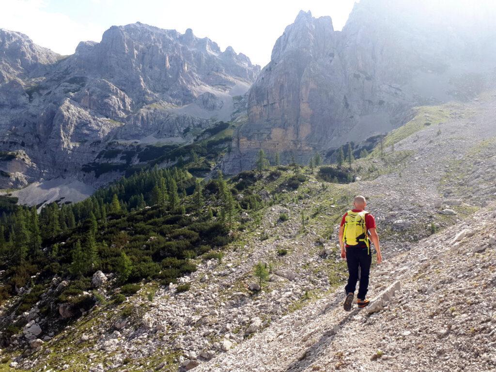 il primo ghiaione: noi puntiamo alla valle con prati erbosi che si vede a sinistra