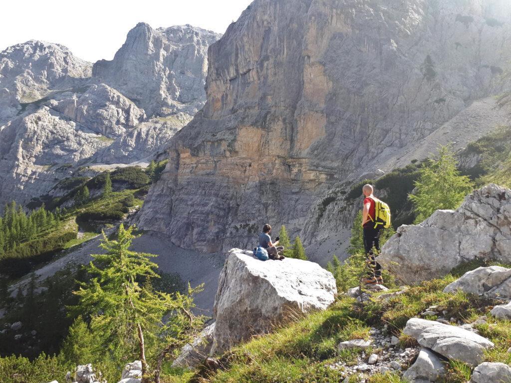 le pareti che si vedono sono quelle del Dosson di Fracingli: noi ci passeremo sotto, attraversando il ghiaione alla base