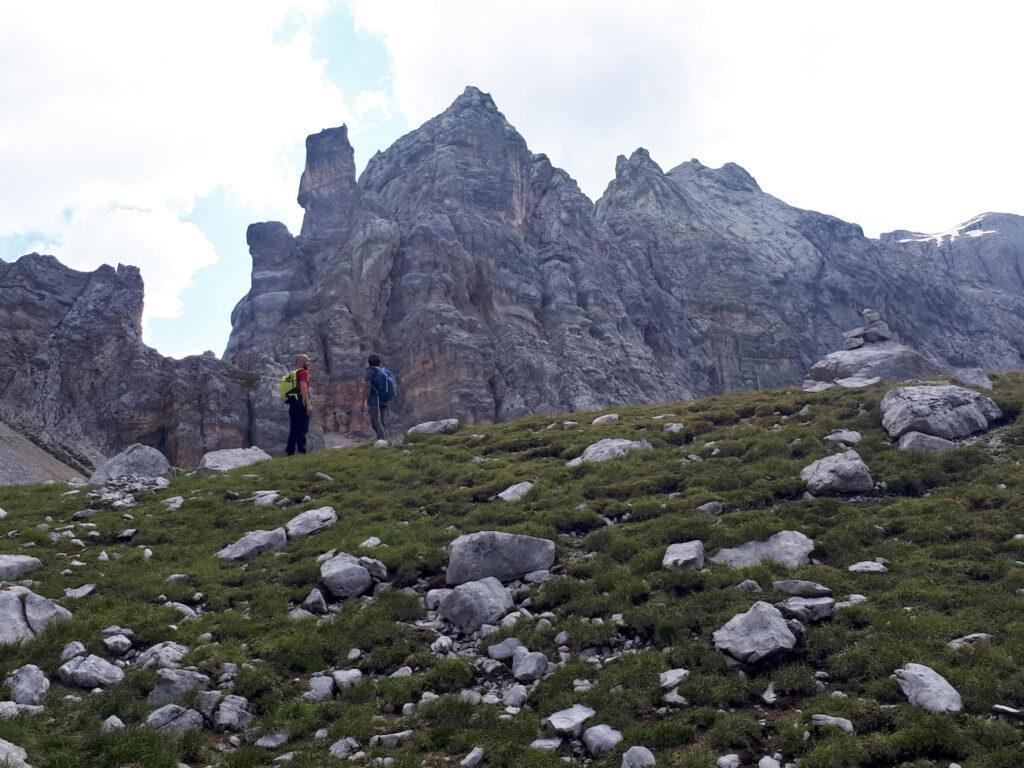 siamo in cima al dosso erboso: da qui (grosso ometto, visibile a destra) si procederà per ghiaioni
