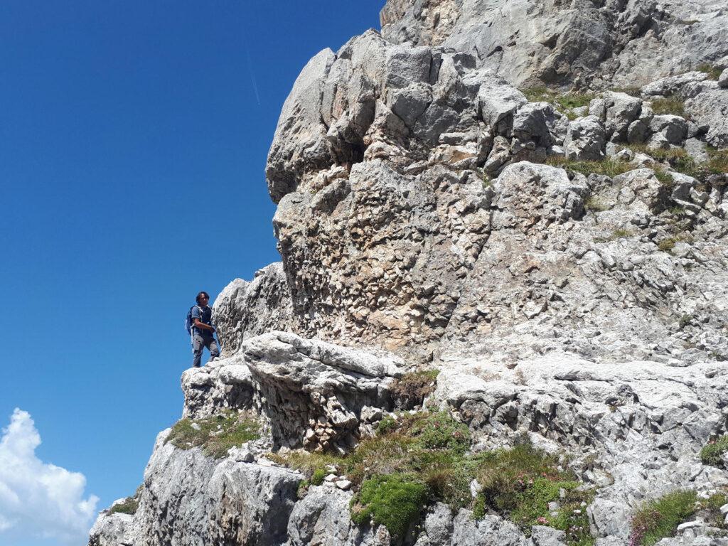 Gabri effettua un sopralluogo ricognitivo per capire se sia possibile proseguire lungo le cenge verso il Crozzon di Val d'Agola