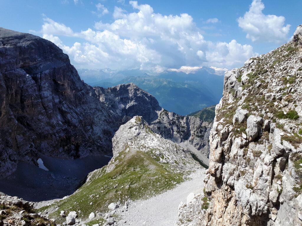 guardano verso la Val Larga, l'evidente Corno omonimo, che saliremo una volta ridiscesi