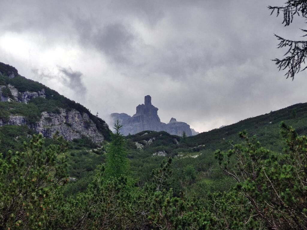 Il Castelletto Inferiore tra le nubi lungo il sentiero di avvicinamento