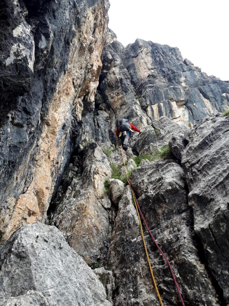 Qui abbiamo sbagliato: per proseguire sulla via del Pesce avremmo dovuto salire in verticale sulla roccia nera alla nostra sinistra. Proseguendo invece, ci troveremo sulla via Didattica
