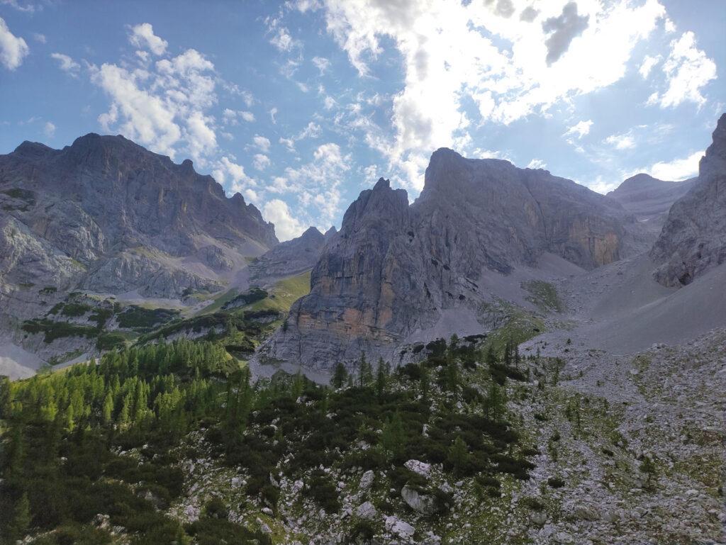 al di sopra del primo risalto la vista si apre sulla Val Larga e la Val Stretta