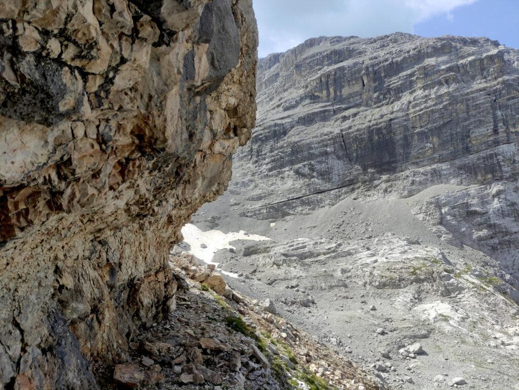 cerchiamo di non perdere troppa quota sui ghiaioni: superato questo avancorpo roccioso saremo in vista della Bocchetta di Val Larga