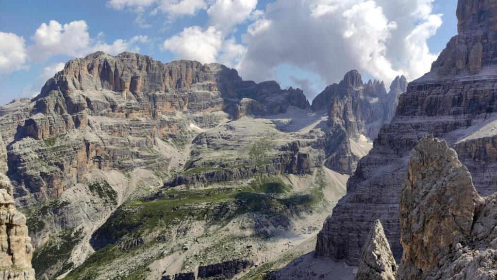 verso la Val Brenta: si vedono il Brentei e l'Alimonta