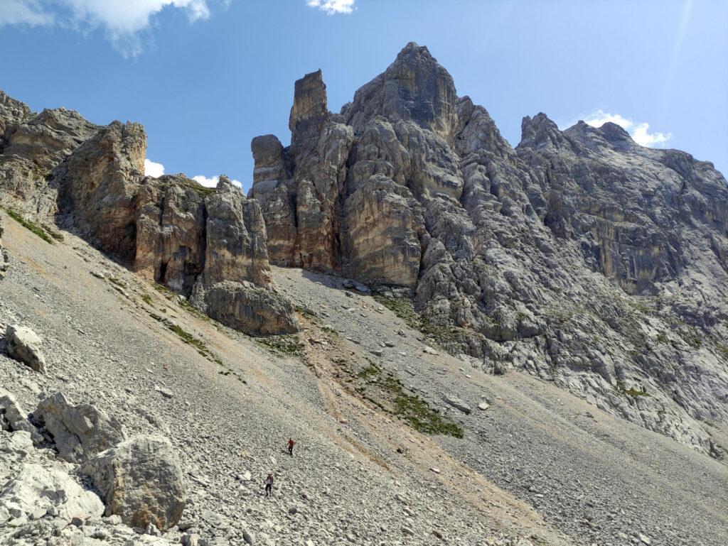 ridiscesa del ghiaione: dietro la spalla di sinistra si nasconde la bocchetta di Val Larga, da cui proveniamo