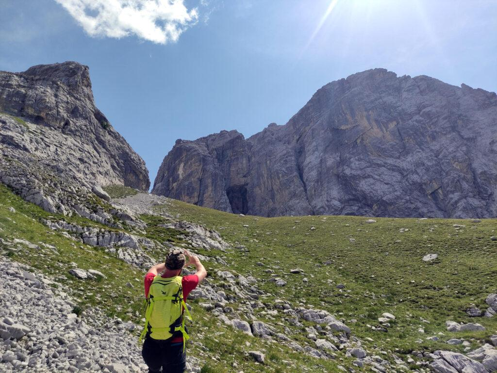 sulle pareti accanto a noi scorgiamo questa incredibile e gigantesca grotta (quella della foto precedente)