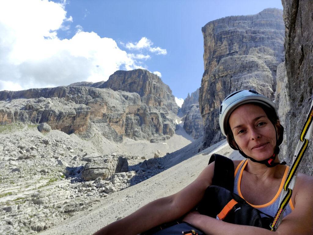 Erica in sosta sulla terza cengia con il vallone di vallesinella alle spalle