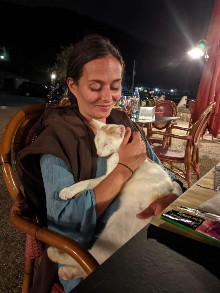 il gatto Orazio ci fa compagnia per cena - pet therapy :)