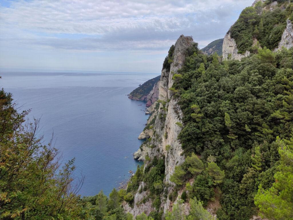 La splendida costa vista dal sentiero di discesa verso la parete delle Meraviglie
