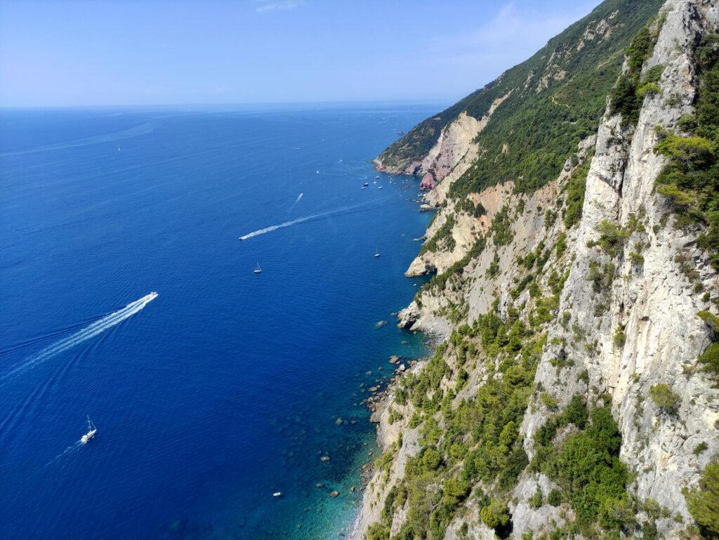 Altra vista della bellissima costiera con le pareti del Muzzerone