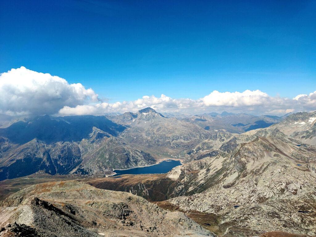 La vista verso il lago di Montespluga e il Pizzo Tambò si fa sempre più conturbante