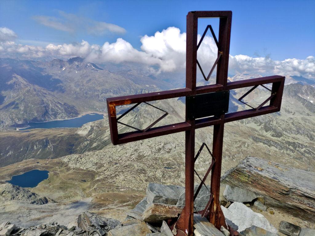 dalla croce la vista è notevole, sia dal lato di Montespluga sia da quello della val di Lei