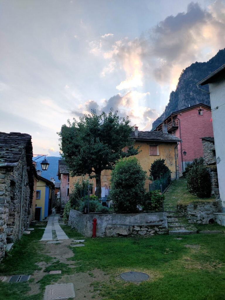 lo splendido borgo di Pianazzola con la luce del tramonto