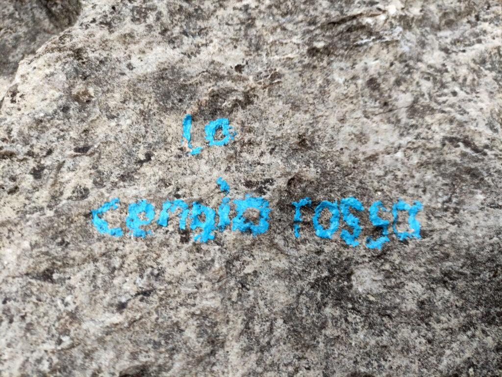 La scritta alla base della via è ancora ben visibile anche se piccola